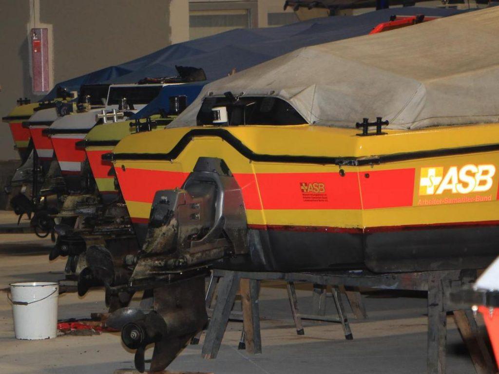 """Boote des Typs """"Poseidon"""" aufgereiht in der Bootshalle und bereit für die Winterarbeit"""